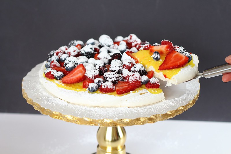 Pavlova with lemon curd
