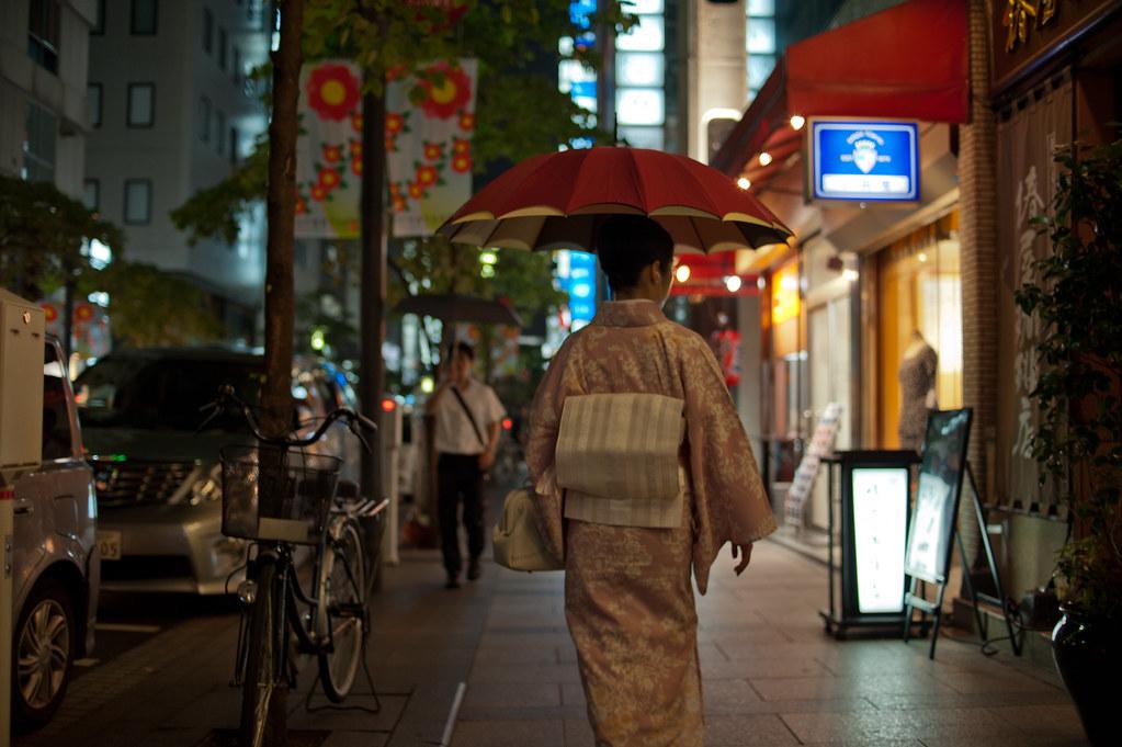 傘をさす着物姿の女性 2011/07/28 DSC_7970