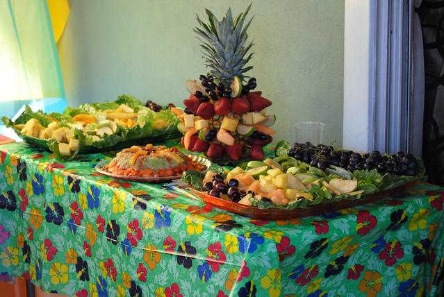 Mesa de frutas mesa decorada con fruta para fuente de for Mesas de bodas decoradas