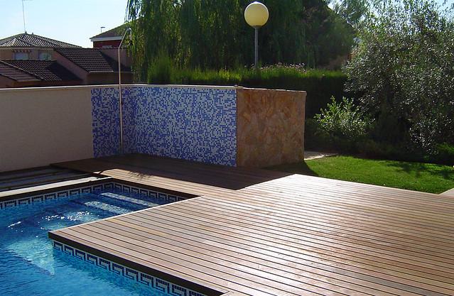 Instalaci n de suelos de madera en piscinas y jardines - Suelos de madera para jardin ...