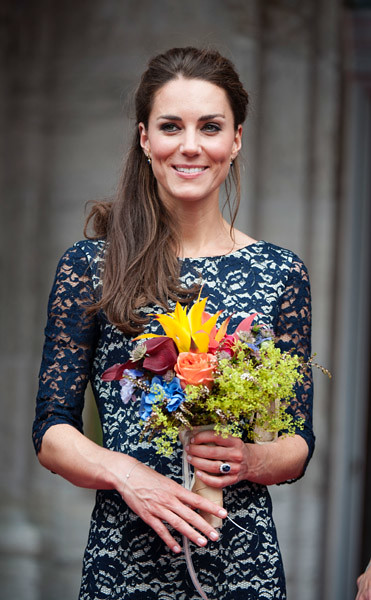no uk sales for 28 days catherine duchess of cambridge attends an official welcoming ceremony. Black Bedroom Furniture Sets. Home Design Ideas