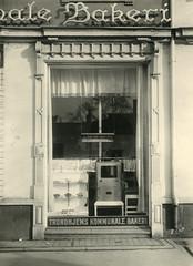 Trondhjems Kommunale Bakeri. Gullnøttmaskin i butikkvinduet.