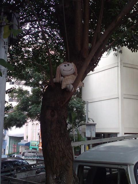 Boneca na árvore