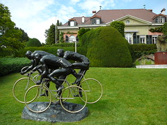 ez valami magyar szobor lausanneban az olimpiai parkban