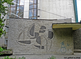 "Mosaic by Viorica Iacob at the entrance of a block of flats in Braila / Mozaic la intrarea unui aşa-zis ""bloc comunist"""