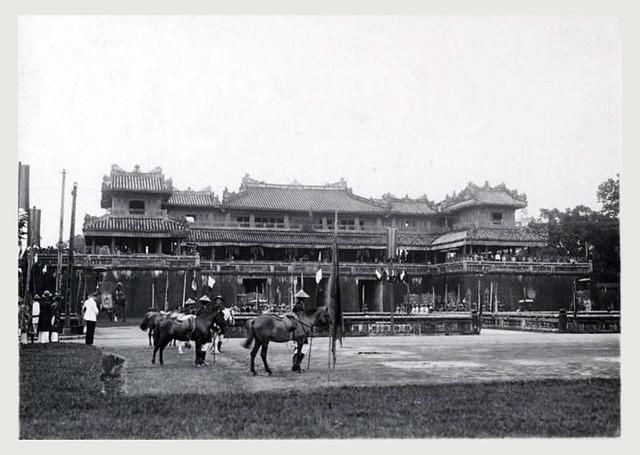 Hué 1932 - Vue de la porte Ngo Mon au moment de la prise d'armes