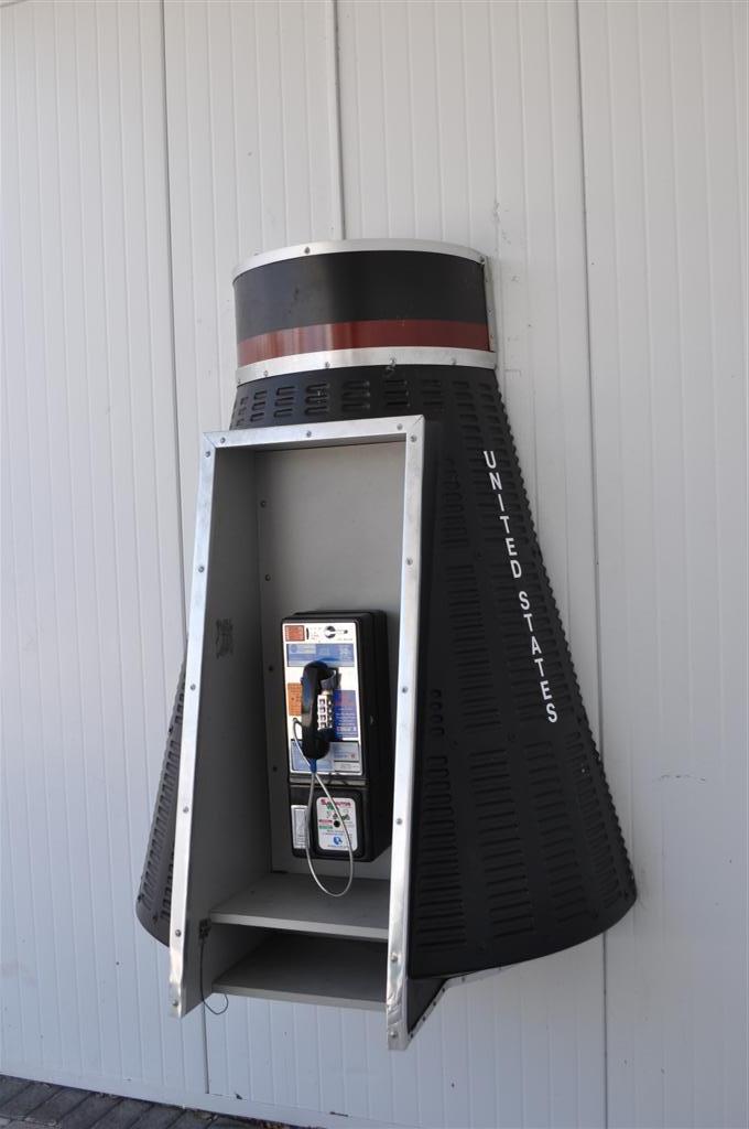 Cabina telefónica tipo nave, aquí cualquier cosa tiene su punto. El último viaje del Transbordador Espacial desde Cabo Cañaveral - 5922913304 7272984dfe o - El último viaje del Transbordador Espacial desde Cabo Cañaveral