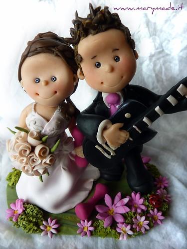 cake topper matrimonio personalizzato con sposo che suona la chitarra
