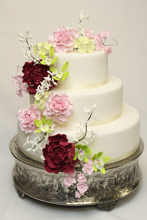 stöckige Hochzeitstorten mit üppiger Blumendekoration.1