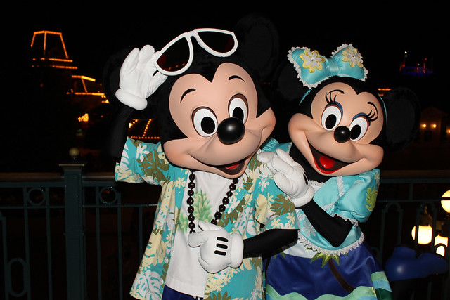 Meeting Mickey and Minnie Mouse in their Summer Beach outfits