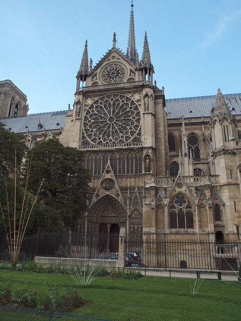 Notre dame cathedral exterior showing rose window for Exterior notre dame