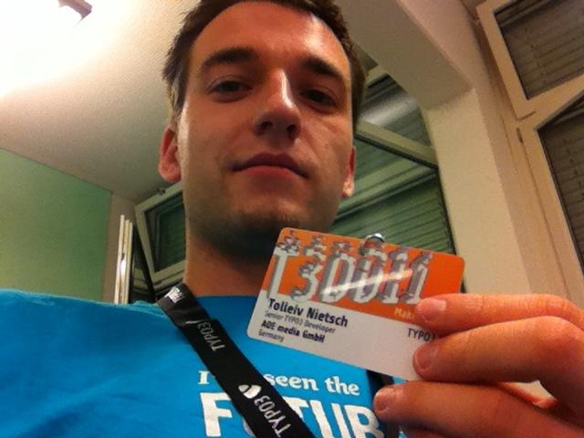 Sebastian bei den TYPO3 Developer Days 2011 mit dem Namensschild von Tolleiv