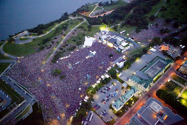 Vue aérienne de la foule au spectacle de Metallica