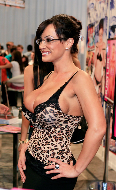 Curvaceous MILF Lisa Ann gives a titjob and gets pumped hard  2186242