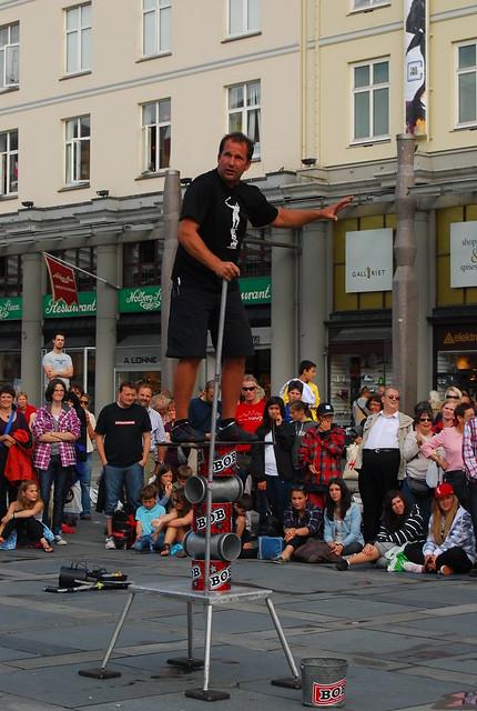 Número final de un espectáculo callejero en Bergen