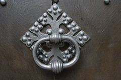 carving(1.0), metal(1.0), door knocker(1.0), silver(1.0), iron(1.0),