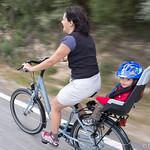 Mãe & filho na bicicleta & cadeirinha novas