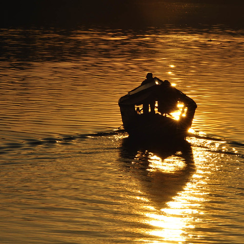 sunrise golden boat sarawak malaysia kuching sampan sungai glitters 船 晨曦 tambang 日出 黄金 kuchingwaterfront sarawakriver eastmalaysia 马来西亚 舢板 金黄 大马 古晋 东马 砂劳越河