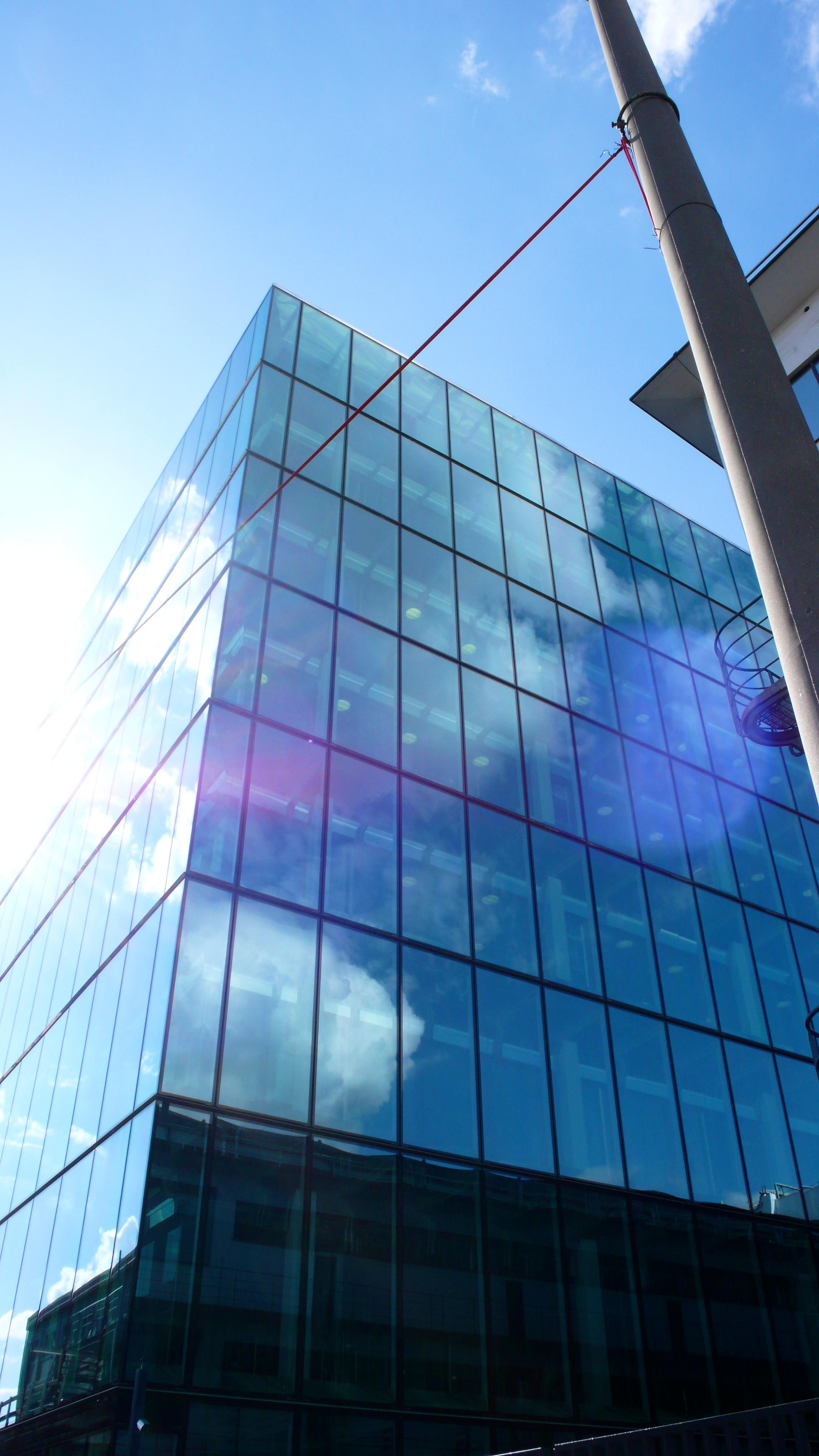 位於瑞、德、法三國交界(Dreiländer)城市---巴賽爾(Basel)的羅氏總。  由於其得天獨厚的環境,吸引德法兩國就業者以及國際企業進駐。上班出國,下班歸國的情況在此極為常見。