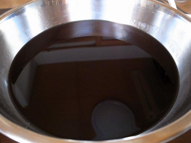 <p>d)砂糖を入れた中に煮汁(熱いjジュース)を漉していれて、かき混ぜます。</p>