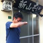 名店は次回だ 名護市にある沖縄そばの名店、偶然にも泊まった宿のすぐ近くだった