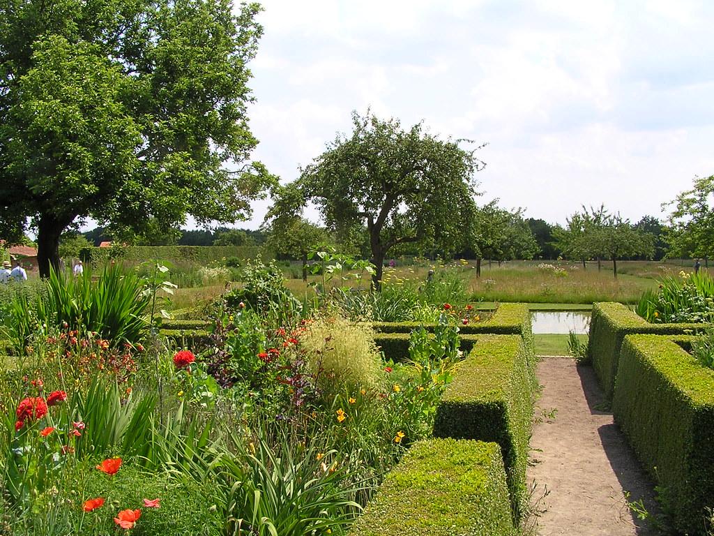 Les carr s de buis aux vivaces le jardin plume for Auzouville sur ry jardin plume