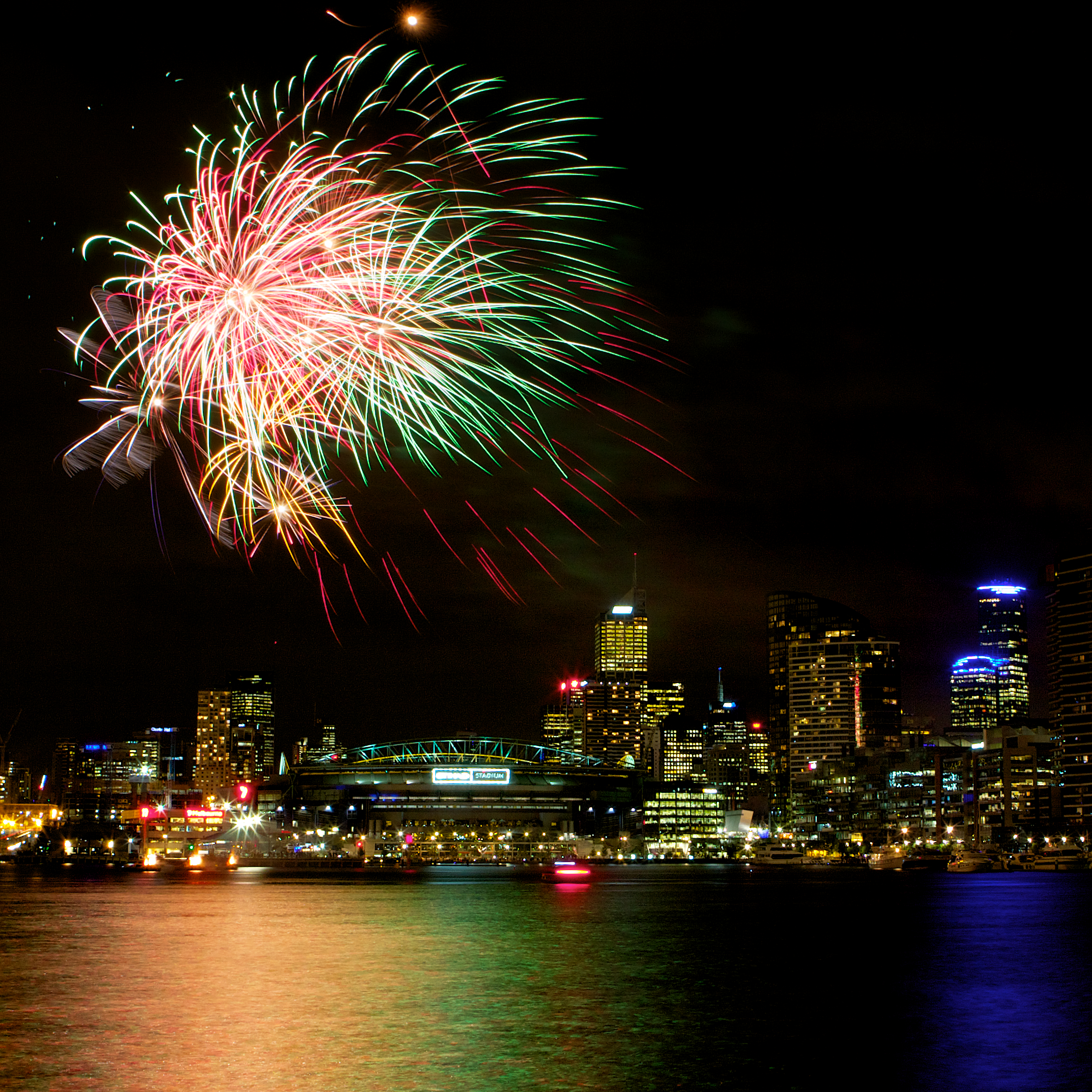 Melbourne Fireworks by https://www.flickr.com/photos/sufw/
