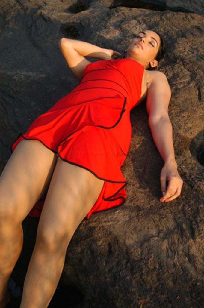 Actress Swetha Menon hot sexy thigh show