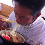 カリユシ姿ですする 沖縄そば 大、大、大好物