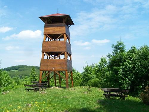 wood summer tree tower bench table landscape rising spring picnic country hill pad ground lookout gazebo siesta outlook fa tavasz breather kirándulás táj kilátó junket domb nyár erdő fák arborétum pihenő dombtető