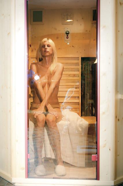 Mujer desnuda en la sauna