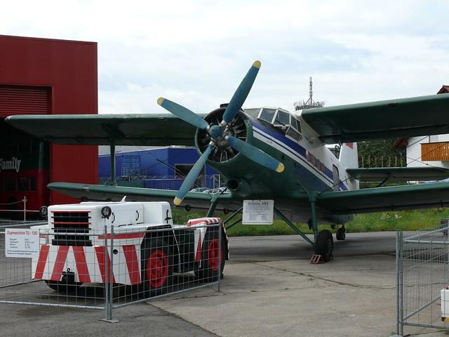 Zugmaschine TU-120 vor Antonow An-2