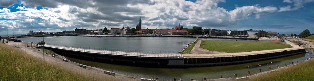 вид со стен замка Кронборг (замок Гамлета) на город Хельсингёр