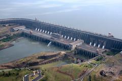 girder bridge(0.0), transport(0.0), landmark(0.0), controlled-access highway(0.0), overpass(0.0), arch bridge(0.0), viaduct(0.0), cable-stayed bridge(0.0), dam(1.0), highway(1.0), reservoir(1.0), bird's-eye view(1.0), river(1.0), aerial photography(1.0), infrastructure(1.0), bridge(1.0),