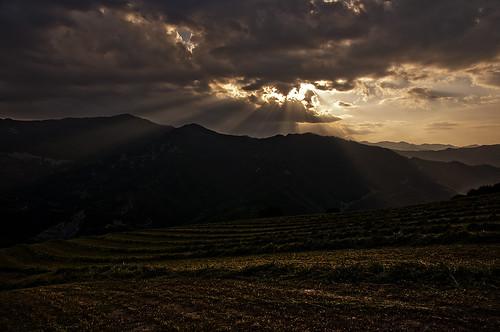 sunset italy clouds landscape italia tramonto fields rays beams marche paesaggio raggi campi nubi appennini apennines pennabilli carpegna themarches apenninemountains bascio