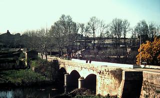 Allariz 1973 - Puente de San Isidro y pareja de la Benemérita.