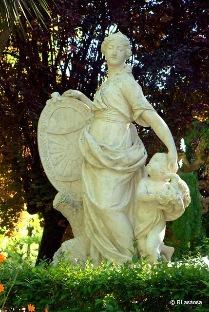 La taconera pamplona escultura de la mari blanca qu for Jardines de la taconera