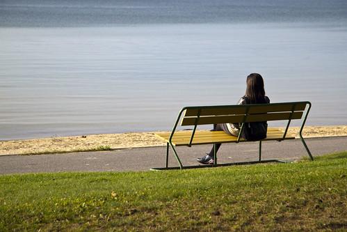 woman lake beach grass bench sweden sverige vättern motala östergötland canonefs1785mmf456isusm varamon canoneos7d