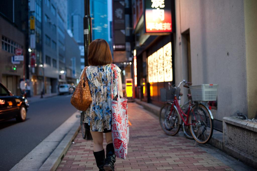 歩く女性の後姿 2011/07/30 DSC_8086