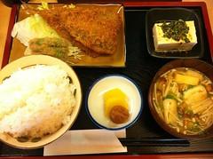 今日のランチはアジフライ定食。¥650 #lunch RT @tomoth: 串市場 んにタッチ! http://tou.ch/FtqAS4