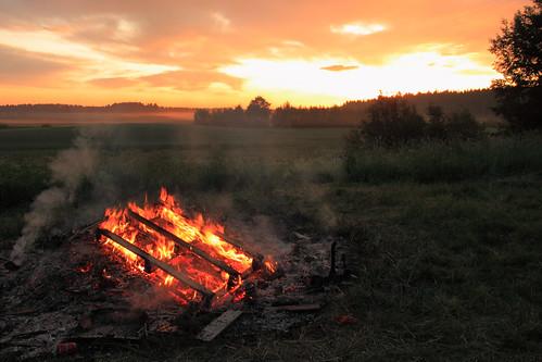 wood sky cloud sun field grass night sunrise canon suomi finland fire dawn day midsummer sigma wideangle burn bonfire 1750 juhannus yö kokko taivas pelto auringonnousu toijala