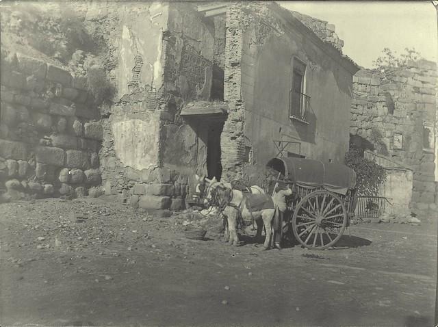 Casas que ocultaban la Puerta de Alcántara el 2-12-1909. Fotografía de D. Pedro Román Martínez. Diputación de Toledo, Centro de Estudios Juan de Mariana