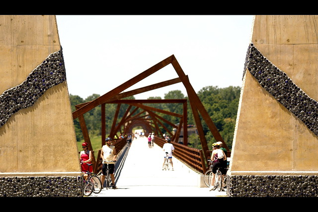 how to get to the high trestle trail bridge