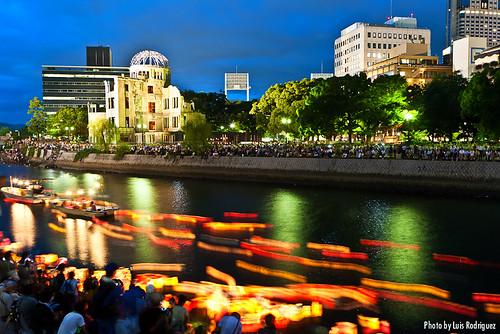 Toro Nagashi en Hiroshima en el aniversario de la bomba atómica