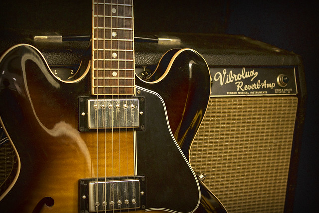 Photo:Gibson 335 and Fender Vibrolux By John W. Tuggle