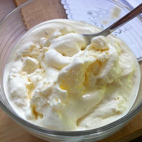 In der Schüssel. Fazit: das Eis ist sehr lecker, aber eher cremig flüssiger als in der Eisdiele. Ich bin sehr zufrieden, denn das Vanilleeis ist echt lecker geworden. Nun bin ich auf Sorbet gespannt :)