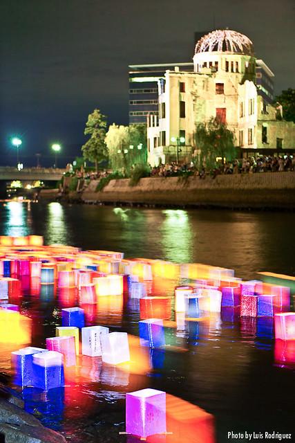 Toro nagashi en Hiroshima el aniversario de la bomba atómica