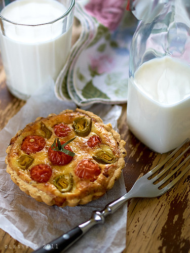 Mini Tart with mascarpone, cherry tomatoes and leeks