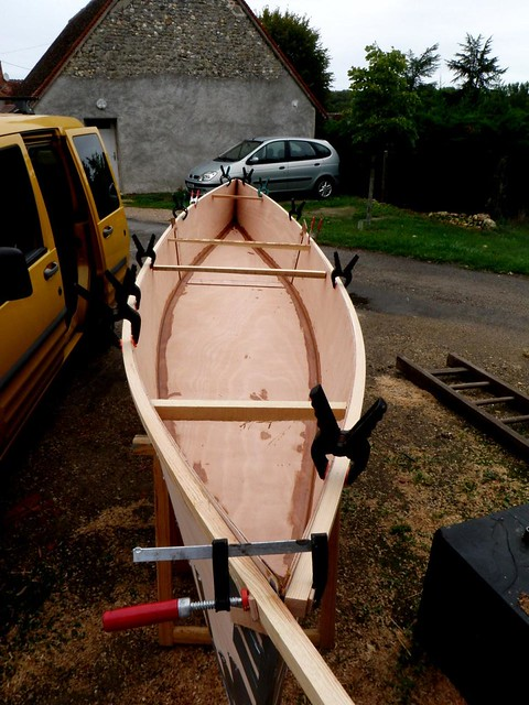 building plywood canoes at the Loire River.  Fast building boats. Disposable canoeing.