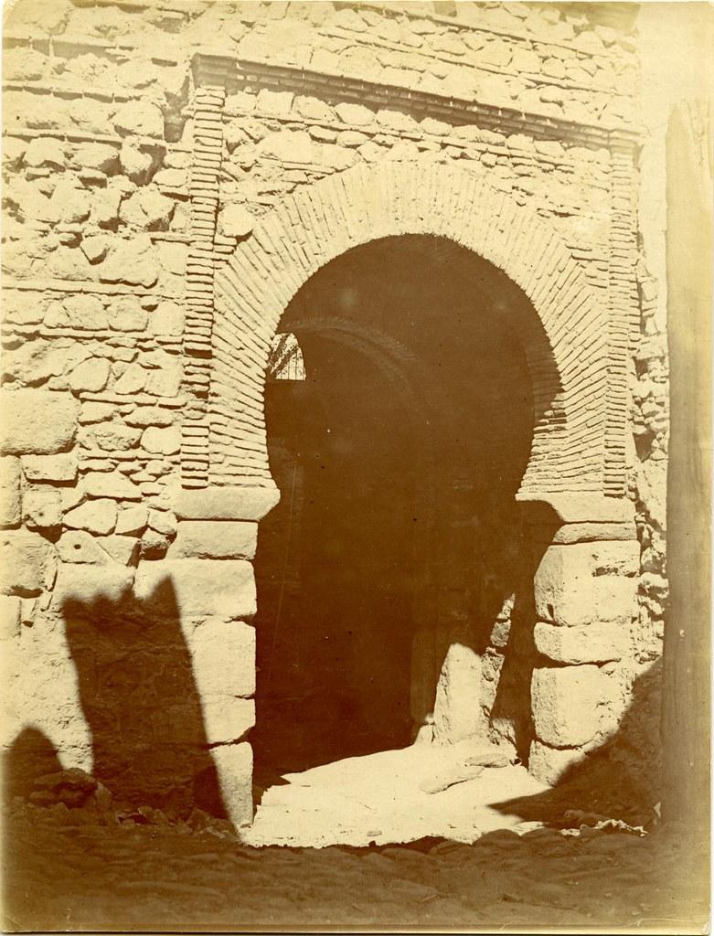Puerta de Alfonso VI o Vieja de Bisagra a principios del siglo XX. Fotografía de D. Pedro Román Martínez. Diputación de Toledo, Centro de Estudios Juan de Mariana